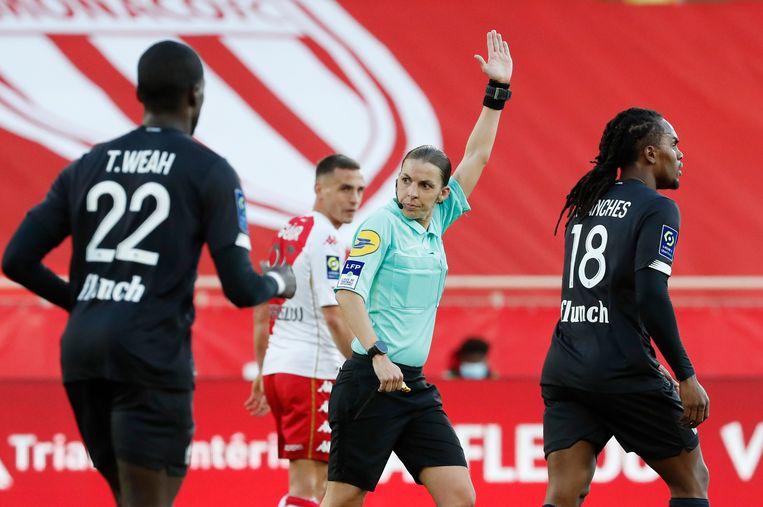 Scheidsrechter Stephanie Frappart uit Frankrijk, hier in actie tijdens het duel tussen AS Monaco en Lille.  Beeld REUTERS