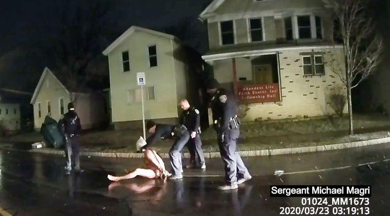 Daniel Prude krijgt een kap over zijn hoofd tijdens zijn arrestatie. Beeld AP