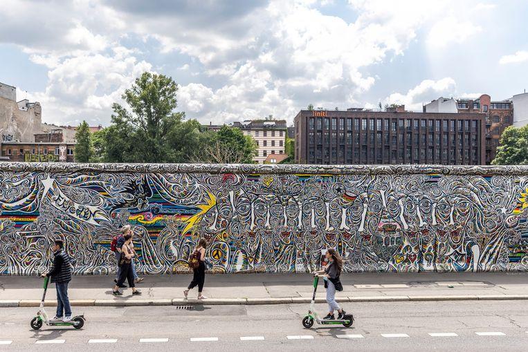 Toeristen voor de East Side Gallery in Berlijn. Beeld Getty Images