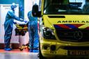 Een patiënt wordt vanuit het ziekenhuis in Tilburg in een ambulance gelegd, om vervolgens naar het noorden verplaatst te worden.