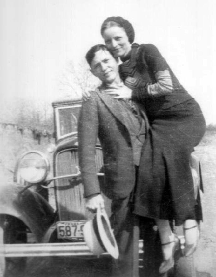 Foto er illustratie. Bonnie Parker en Clyde Barrow golden in de jaren 30 als een berucht duo in de Verenigde Staten. Bob B. en zijn vriendin vestigen een soortgelijke reputatie in Oost-Nederland, waar zij vakantieparken afschuimen. Zij nemen televisietoestellen mee en laten hun rotzooi achter.