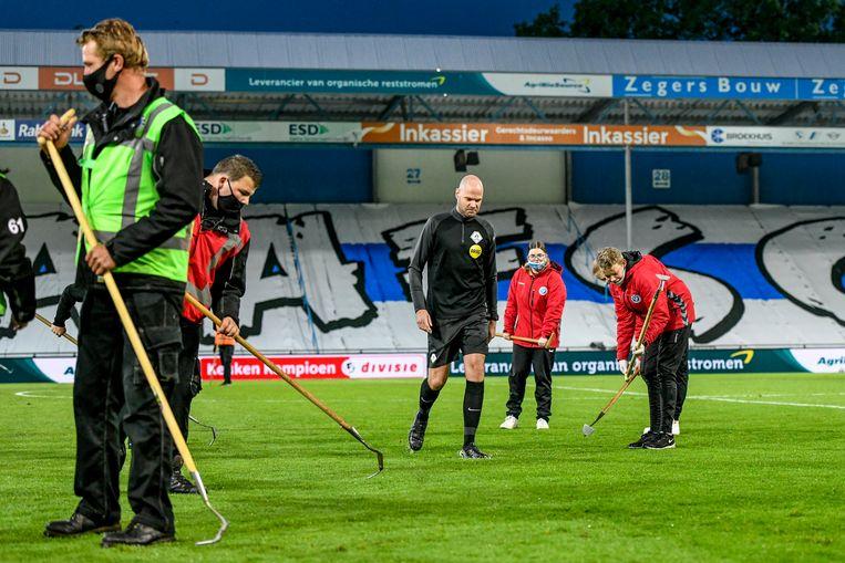 In Doetinchem komen de rieken tevoorschijn om het veld weer speelklaar te maken. Beeld Pro Shots / Stefan Koops