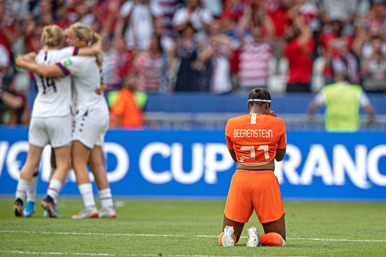 Lineth Beerensteyn zakt door de knieën nadat de Verenigde Staten het WK winnen. Beeld Guus Dubbelman / de Volkskrant