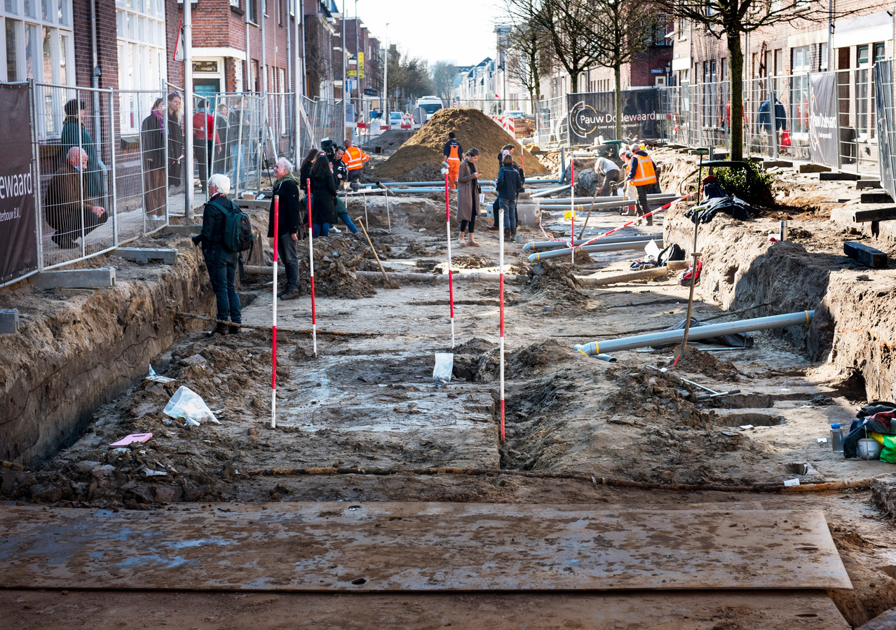 De lange sleuf in de Oudwijkerdwarsstraat waar archeologen een vroegmiddeleeuwse nederzetting met veel voorwerpen hebben gevonden.