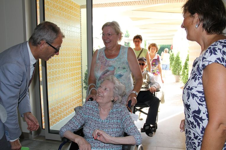 Directeur Hans De Clerck en Lieve Iserbyt van de sociale dienst verwelkomen elke bewoner.