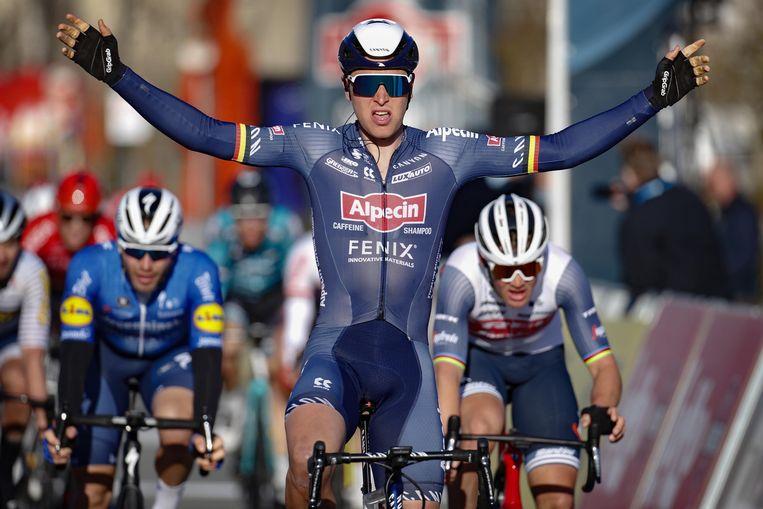 Tim Merlier wint in Bredene, vóór Mads Pedersen (r.), de winnaar van Gent-Wevelgem van vorig jaar.  Beeld Photo News