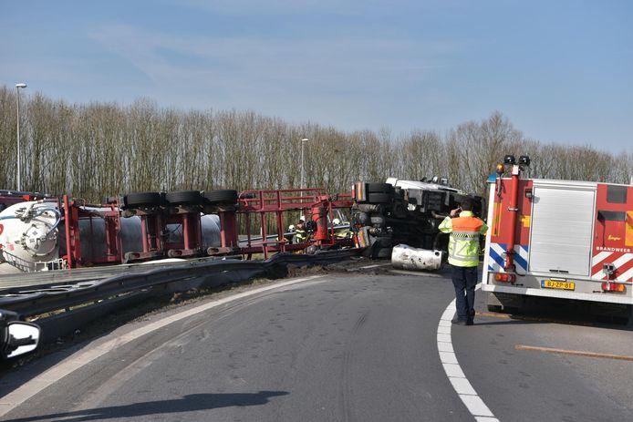 Gekantelde vrachtwagen A59