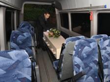 In Roberts uitvaartbus is de overledene nog even dichtbij