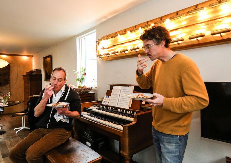 Gilles van der Loo en Adriaan van Raab vanCanstein proeven hun net gemaakte zalm. Beeld Eva Plevier