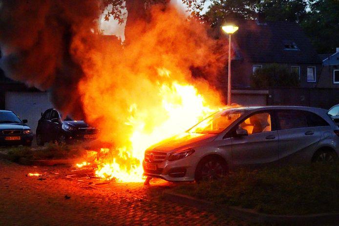 Auto in vlammen op in Tilburg.