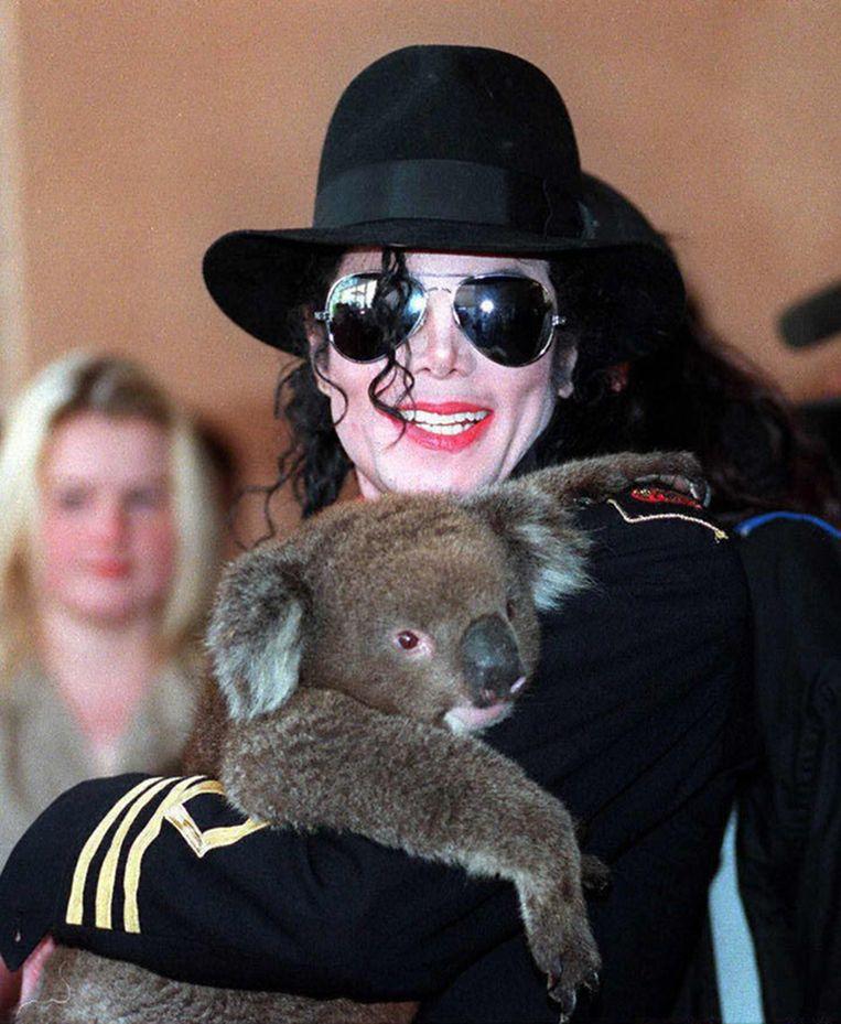 The King of Pop, Michael Jackson, met een koala in Adelaide in 1996. Beeld AFP