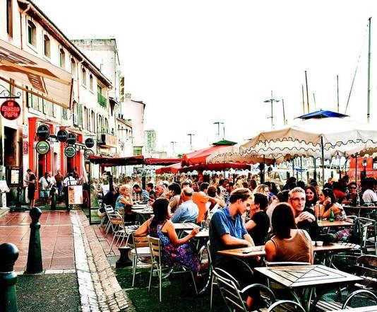 Propvolle terrasjes aan de Vieux-Port met zijn mediterrane sfeer. Op de Quai des Belges wordt elke ochtend verse vis verkocht.