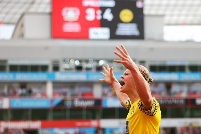 Erling Haaland juicht na zijn benutte strafschop die Borussia Dortmund aan de 3-4 zege helpt.
