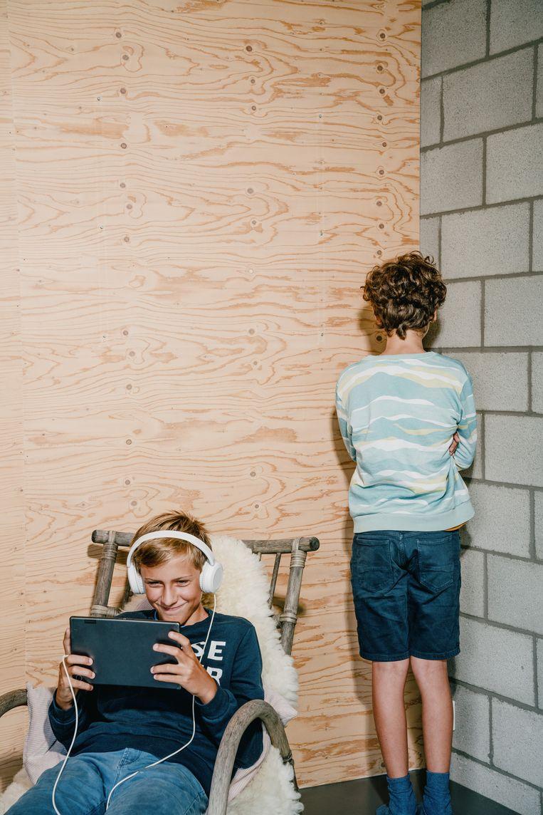 In scène gezette foto van een gestraft kind. Noens: 'Er is niks mis mee om je kinderen verschillend te benaderen wanneer het ene kind ouder, rustiger of sportiever is dan het andere.' Beeld Wouter Van Vooren