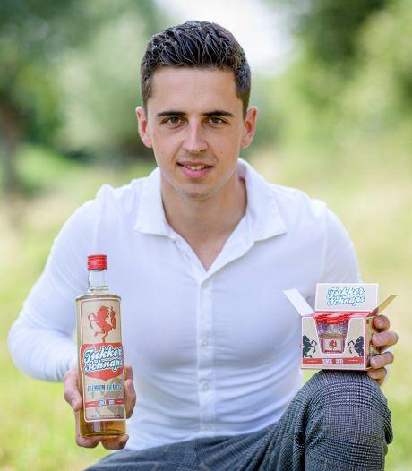 Julian (20) lanceert Tukker Schnaps: 'Hopelijk wordt dit hét drankje van de regio'
