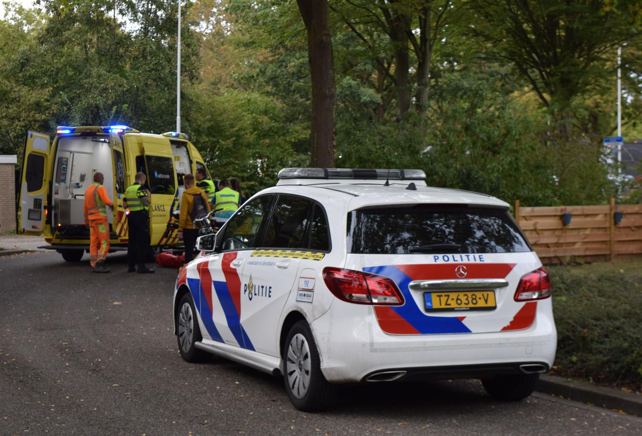 Een fietser is woensdag aan het begin van de avond zwaargewond geraakt toen hij ten val kwam op de Eduard Schilderinkstraat in Doetinchem en zijn hoofd de stoeprand raakte.