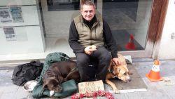 Dakloze zit maanden voor etalage van lederwarenwinkel: uitbater Philip start actie om bedelaar nieuw leven te geven