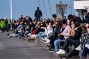In Zweden gelden minder strenge maatregelen. Daar genoten bewoners dit weekend volop van de zon.