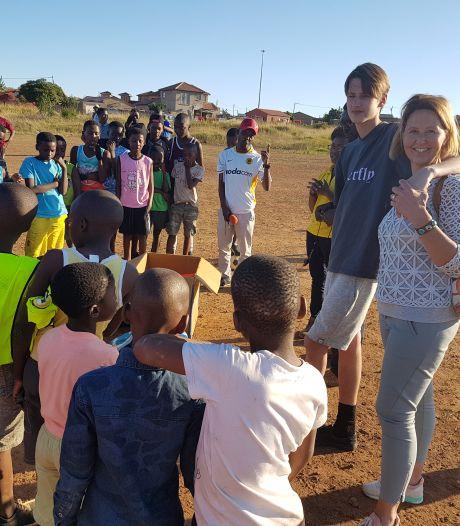 Oldenzaalse Stan (22) zorgt dat Zuid-Afrikaanse kids niet op blote voeten hoeven te voetballen: 'Inzameling op kermis'