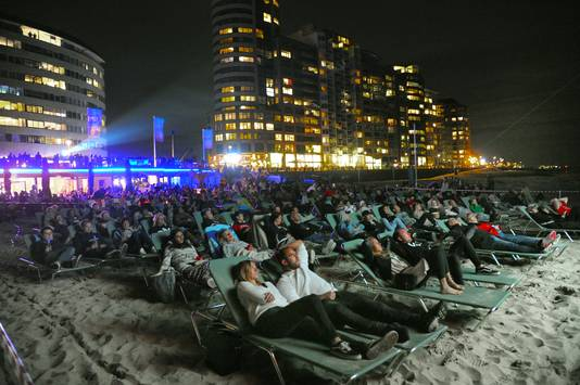 Film by the Sea lokt jaarlijks veel bioscoopliefhebbers naar Vlissingen, zoals hier tijdens de vertoning van Jaws op het badstrand in 2019. Om te vernieuwen en vanwege corona laat het festival zijn films dit jaar ook draaien in Bergen op Zoom.