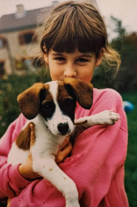 An avec son chien à l'âge de 8-9 ans.