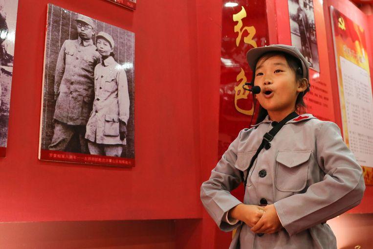 Een leerling van de Rode Leger School in Yi'nan (Shandong) vertelt het levensverhaal van een lokale revolutionaire heldin. Beeld Elke Scholiers