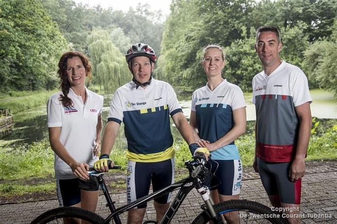 Rieneke Leusink-Ter Steege, Erwin Brakert, Marijke Hoekstra en Harco Slettenhaar gaan zaterdag hardlopen en fietsen voor het goede doel.
