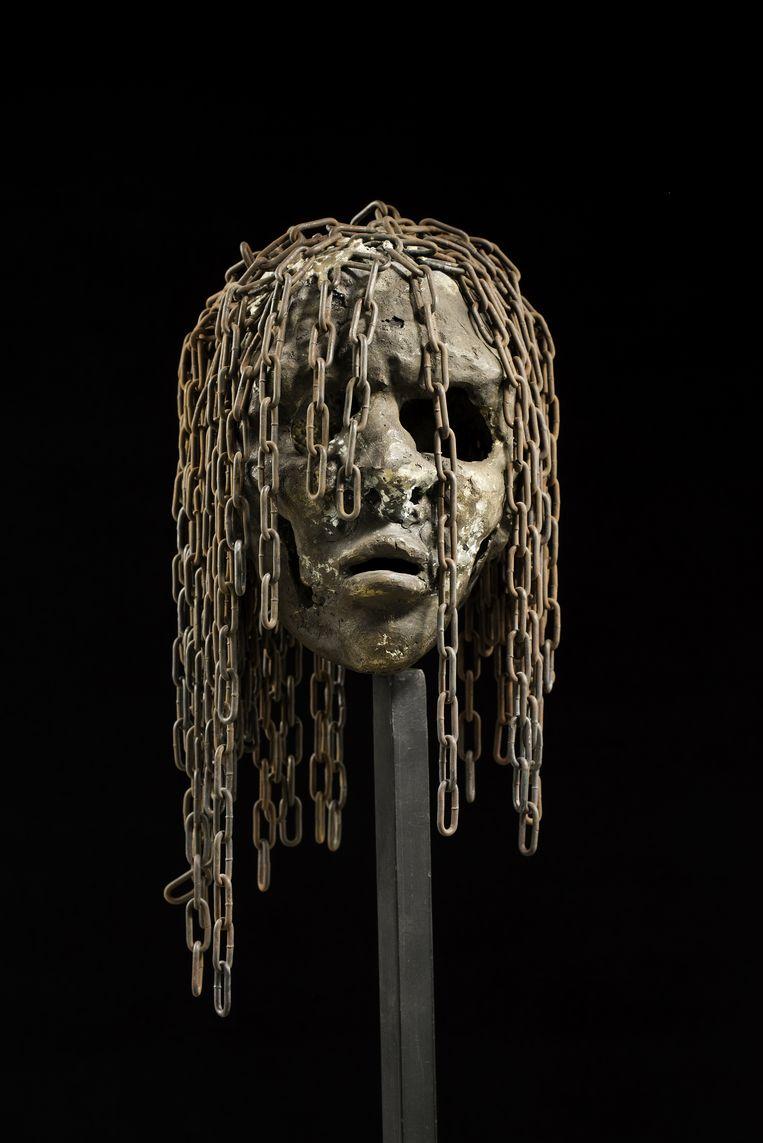 Veel van Tsimba's werken, zoals dit hoofd uit de reeks Rescapés (Overlevenden) zijn gemaakt van versmolten patroonhulzen.  Beeld J.M.Vandyck