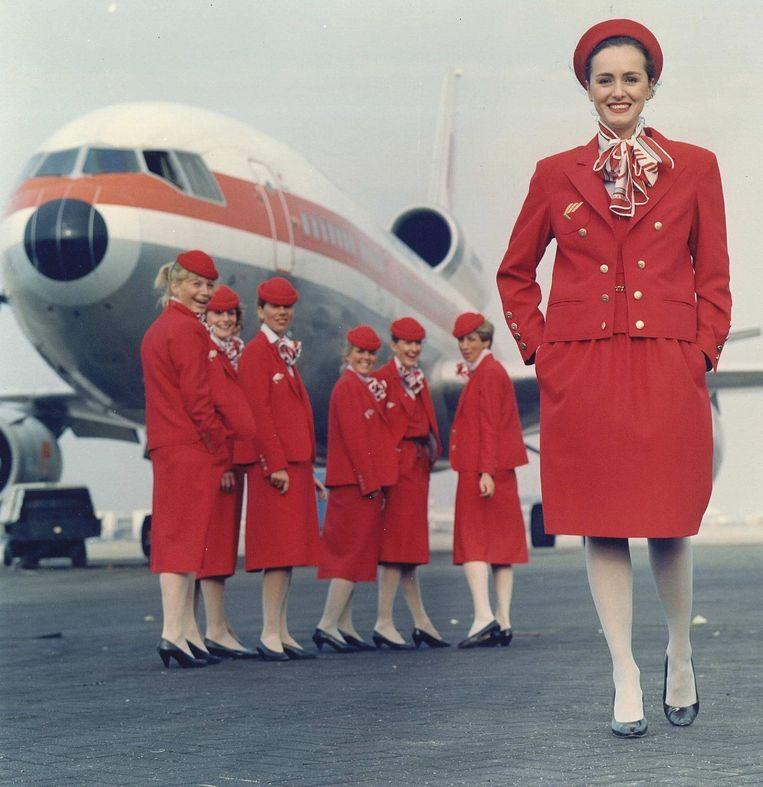 Dick Holthuis kreeg later nog meer zin in rood: stewardessen van Martinair showen de nieuwe collectie ontworpen door de couturier (foto uit 1989). Beeld anp