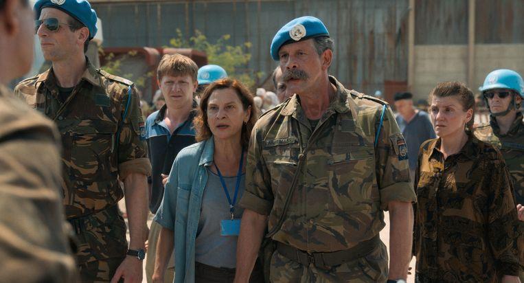 Jasna Djuricic als tolk Aida en rechts van haar Johan Heldenbergh als kolonel Thom Karre-mans in Quo vadis, Aida?.  Beeld Cinéart