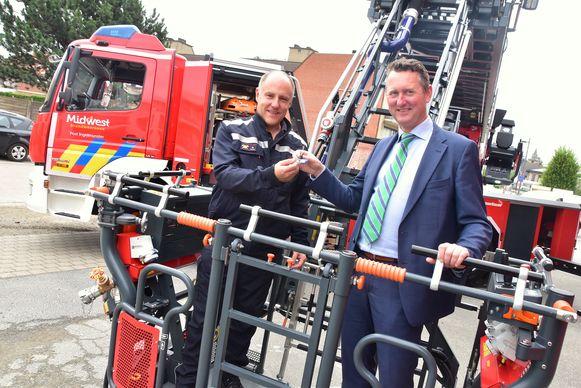 Burgemeester Kurt Windels overhandigt de sleutels van de nieuwe ladderwagen aan majoor Wim Decoopman, bevelhebber van de Ingelmunsterse brandweer post.