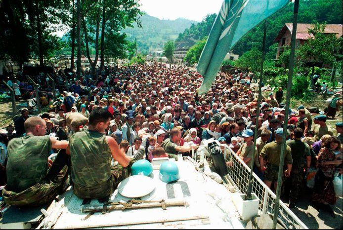 Nederlandse VN-blauwhelmen beveiligen na de val van Srebrenica een groep vluchtelingen uit Srebrenica in het dorp Potocari.