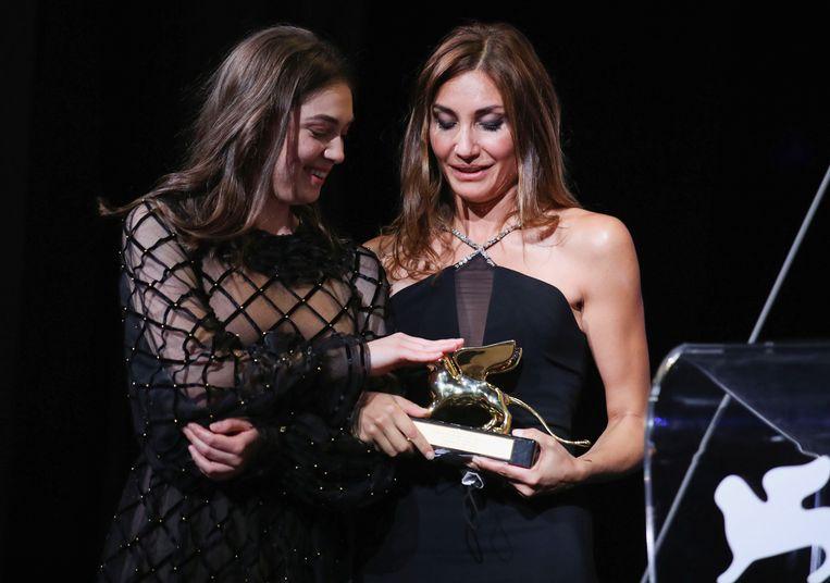 Actrice Anamaria Vartolomei en regisseur Audrey Diwan bij de uitreiking van de Gouden Leeuw voor L'événement. Beeld Reuters