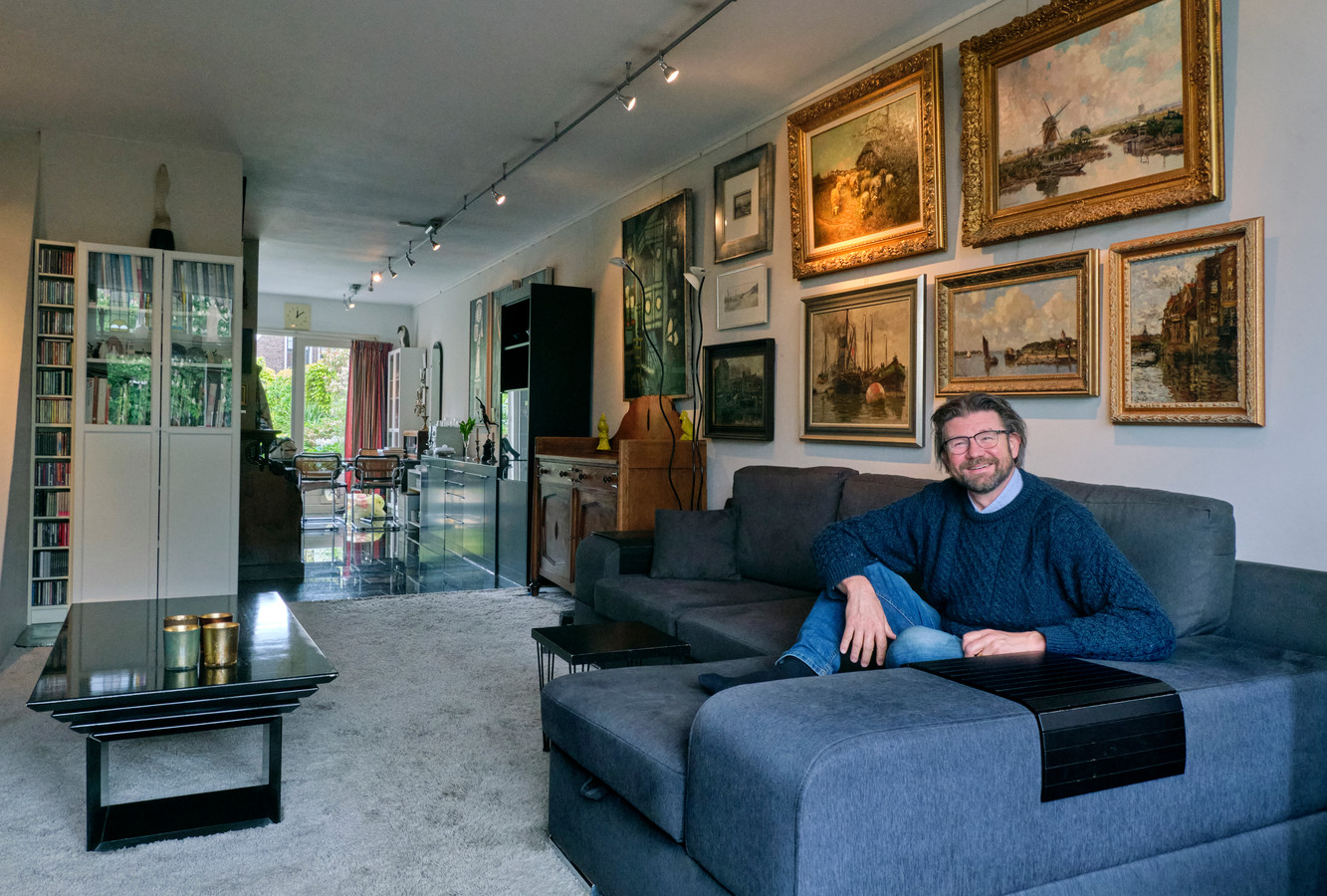 Stillevens, landschappen, modern abstract werk. Kunstverzamelaar Koos van Veen hangt het liefst zijn hele huis ermee vol.
