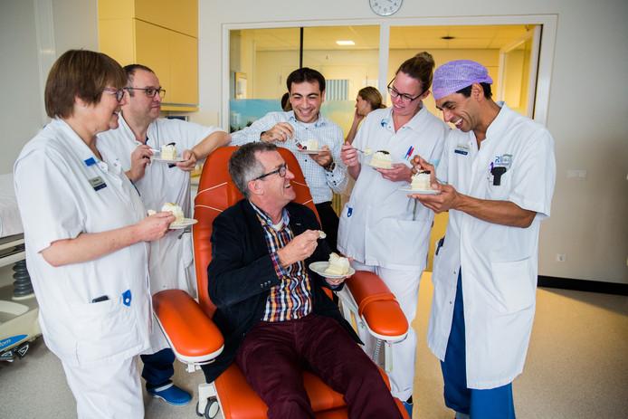 Patiënt Gerrit Kant vierde het feestje mee met het personeel van het Beatrixziekenhuis.