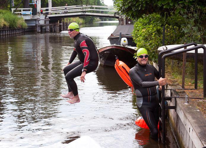Bert en Jan maken een sponsorzwemtocht van 25 kilometer maken in de Vecht. De opbrengst gaat naar de Voedselbank Stichtse Vecht.