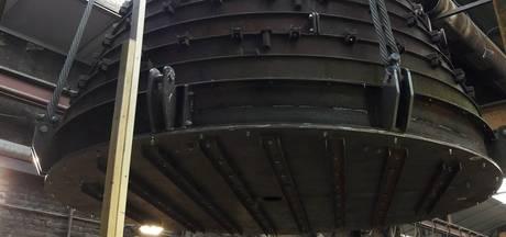 Klokkenmal van 40 ton door dak getakeld voor vervoer naar Zaltbommel