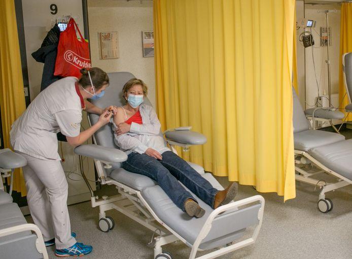 Een vrouw krijgt haar vaccin toegediend in het AZ Nikolaas, omdat ze een hoger risico loopt op een ernstige allergische reactie.