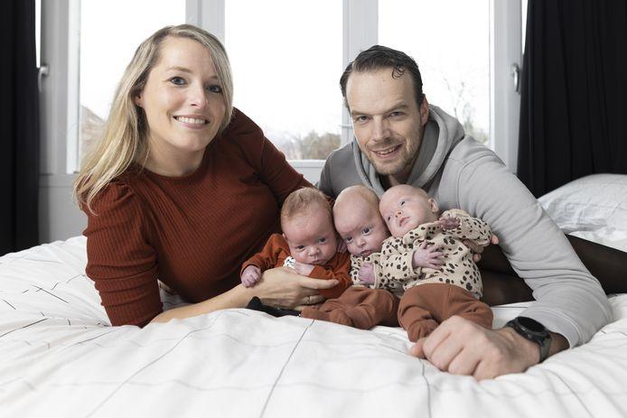 """Rianne en Michiel met hun drie kinderen. De meest linker is Mats. En de meiden? """"Ik houd ze soms gewoon echt niet uit elkaar! Ik denk dat de middelste Jula is en de rechter Zara"""", zegt Rianne als de verslaggever haar een paar dagen na het interview vraagt naar de volgorde."""