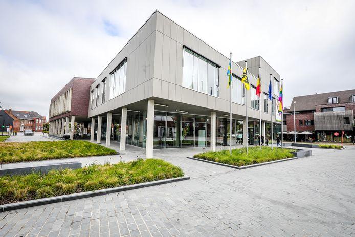 De regenboogvlag wappert aan het gemeentehuis van Zedelgem. Er komt later dit jaar ook een zebrapad.