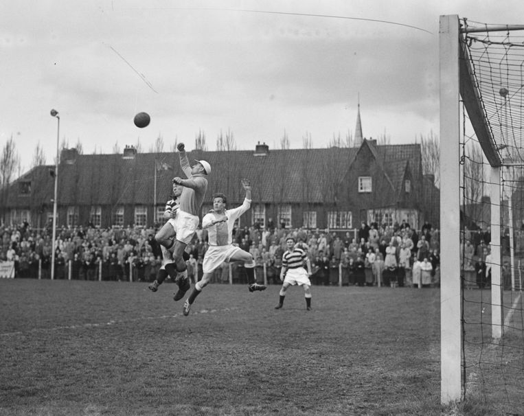 Op 20 oktober 1946 speelden De Volewijckers thuis op Het Mosveld tegen Neptunus. Ze verloren met 3-4.   Beeld Nationaal Archief