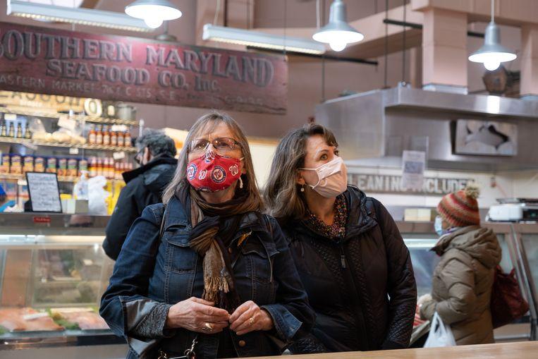 Sandra Jean Sands (69, links) en een vriendin Mary Ellen Palowitch (60) bestellen lunch in een markt in 'The Hill'. Beeld Eline van Nes