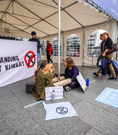 Extinction Rebellion demonstreert bij Eindhoven Airport