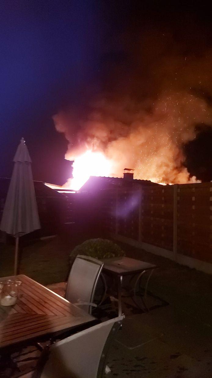Bij aankomst van de brandweer sloegen de vlammen al door het dak van de garage.