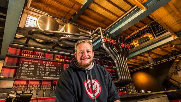 Rocco Chin eigenaar van stadsbrouwerij Stanislaus Brewskovitch in de voormalige Menistenkerk aan Stadsgravenstraat in Enschede.
