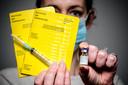 Een vaccinatieboekje met een coronavaccin van Pfizer/BionTech. De overheid onderzoekt de mogelijkheden om een vaccinatie tegen het coronavirus vast te leggen in een document.