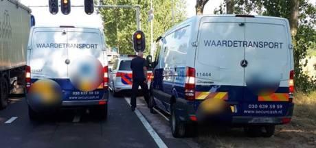 Waardetransportbusje staat met pech langs de weg in Den Bosch: politie beschermt tegen overvallers