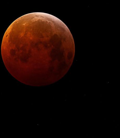 Massa's mensen vroeg hun bed uit voor bijzondere maan