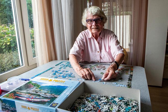 Nora Averes (88) is zondag de oudste vrijwilliger van de Deventer puzzelmarathon. De Deventerse heeft geen tijd om achter de geraniums te zitten, want het avontuur lonkt. Nog steeds.