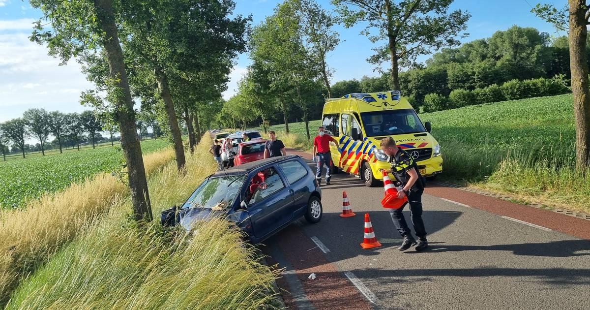 Man en drie kinderen gewond bij botsing met boom op Eibergseweg bij Meddo.